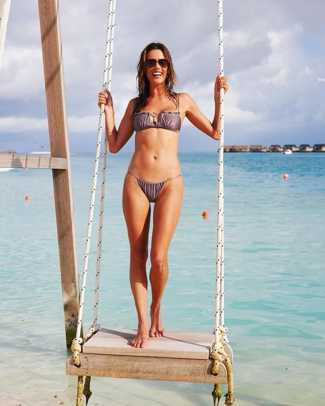 Ngất ngây ngắm đôi chân dài trứ danh của siêu mẫu Alessandra Ambrosio  - ảnh 4