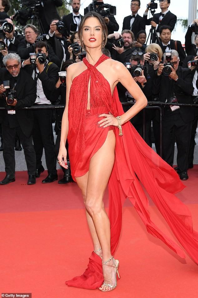 Alessandra Ambrosio rạng ngời bên tượng sáp siêu gợi cảm của chính mình - ảnh 2