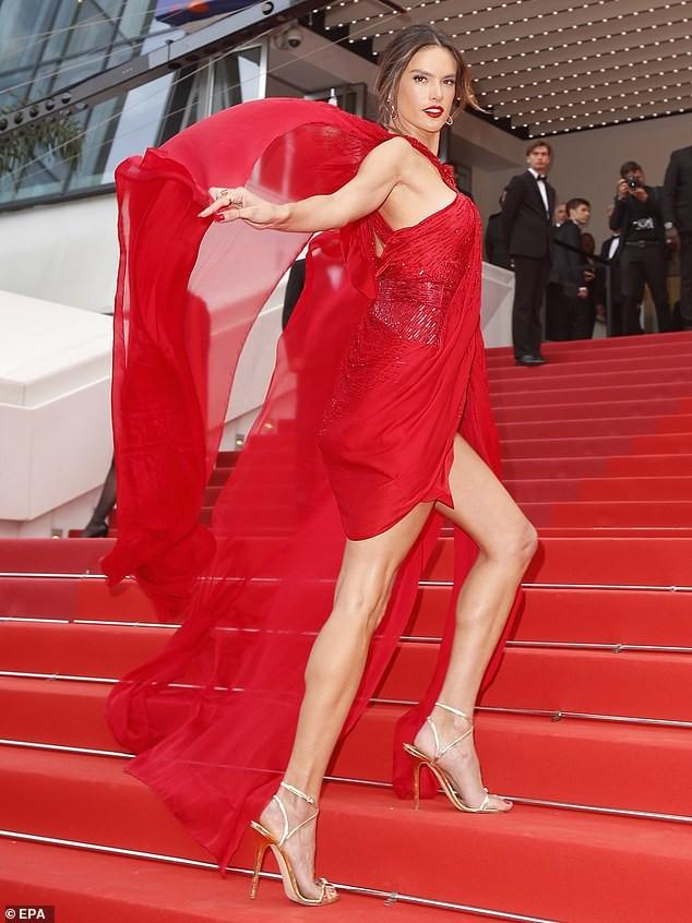 Alessandra Ambrosio rạng ngời bên tượng sáp siêu gợi cảm của chính mình - ảnh 3