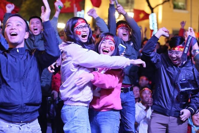 Triệu cổ động viên hò reo ăn mừng U22 Việt Nam vô địch SEA Games 30 - ảnh 20