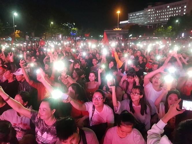 Triệu cổ động viên hò reo ăn mừng U22 Việt Nam vô địch SEA Games 30 - ảnh 19