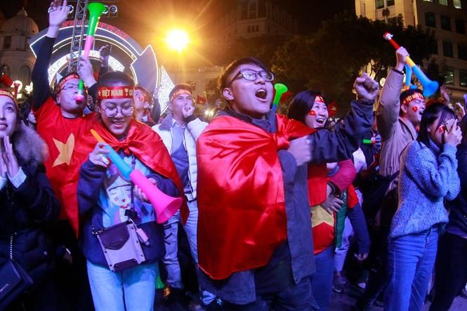 Triệu cổ động viên hò reo ăn mừng U22 Việt Nam vô địch SEA Games 30 - ảnh 22
