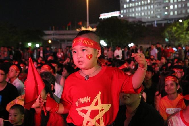 Triệu cổ động viên hò reo ăn mừng U22 Việt Nam vô địch SEA Games 30 - ảnh 17