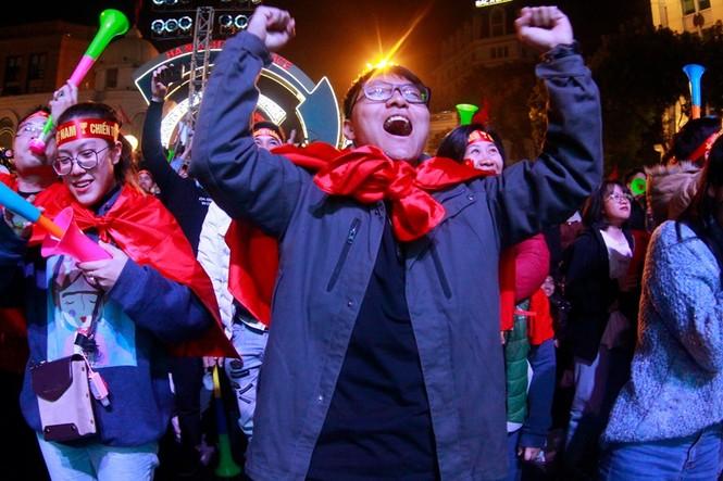 Triệu cổ động viên hò reo ăn mừng U22 Việt Nam vô địch SEA Games 30 - ảnh 24