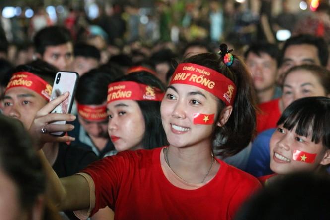 Triệu cổ động viên hò reo ăn mừng U22 Việt Nam vô địch SEA Games 30 - ảnh 18