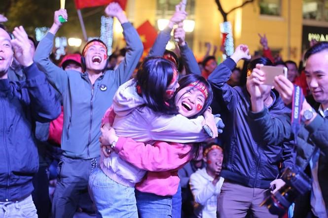 Triệu cổ động viên hò reo ăn mừng U22 Việt Nam vô địch SEA Games 30 - ảnh 21