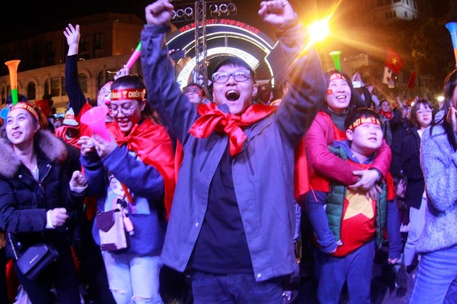 Triệu cổ động viên hò reo ăn mừng U22 Việt Nam vô địch SEA Games 30 - ảnh 23