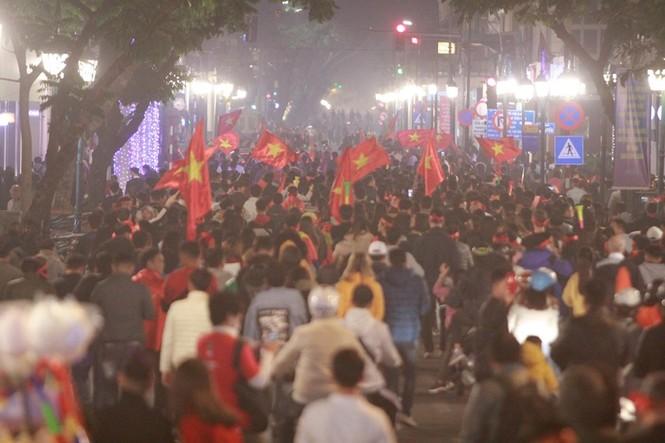 Triệu người xuống đường, phố phường rợp cờ ăn mừng U22 Việt Nam vô địch - ảnh 31