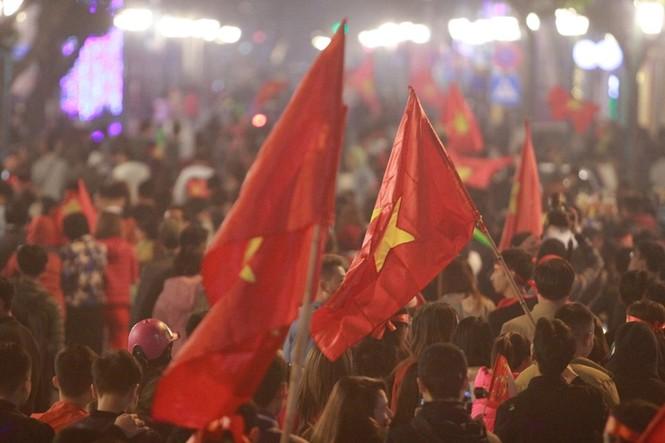 Triệu người xuống đường, phố phường rợp cờ ăn mừng U22 Việt Nam vô địch - ảnh 33