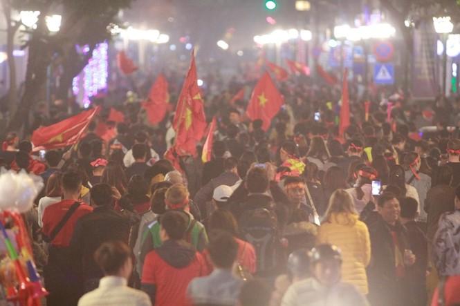 Triệu người xuống đường, phố phường rợp cờ ăn mừng U22 Việt Nam vô địch - ảnh 32