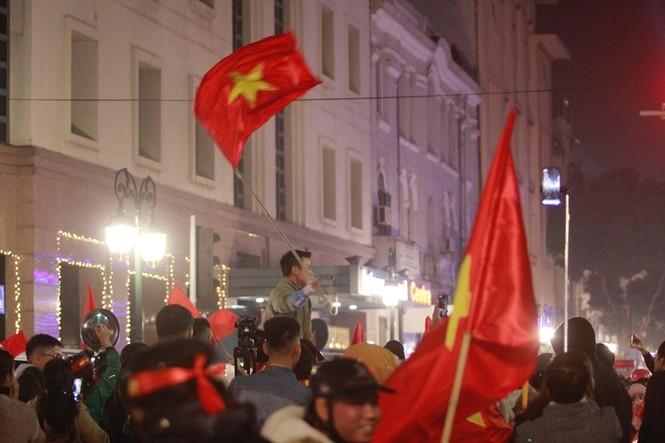 Triệu người xuống đường, phố phường rợp cờ ăn mừng U22 Việt Nam vô địch - ảnh 28
