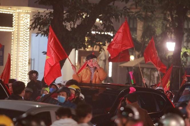 Triệu người xuống đường, phố phường rợp cờ ăn mừng U22 Việt Nam vô địch - ảnh 29