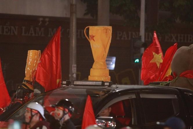 Triệu người xuống đường, phố phường rợp cờ ăn mừng U22 Việt Nam vô địch - ảnh 30