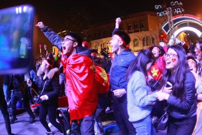 Triệu cổ động viên hò reo ăn mừng U22 Việt Nam vô địch SEA Games 30 - ảnh 9