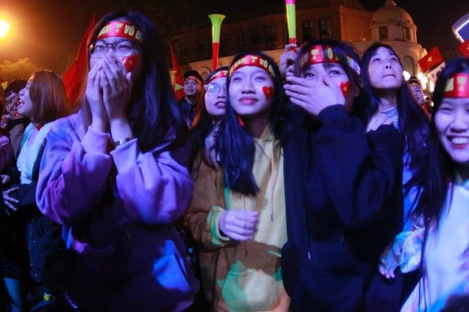 Triệu cổ động viên hò reo ăn mừng U22 Việt Nam vô địch SEA Games 30 - ảnh 10