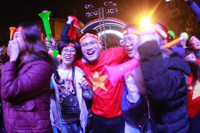 Triệu cổ động viên hò reo ăn mừng U22 Việt Nam vô địch SEA Games 30 - ảnh 11