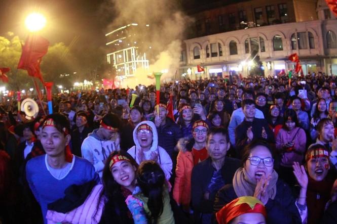 Triệu cổ động viên hò reo ăn mừng U22 Việt Nam vô địch SEA Games 30 - ảnh 2