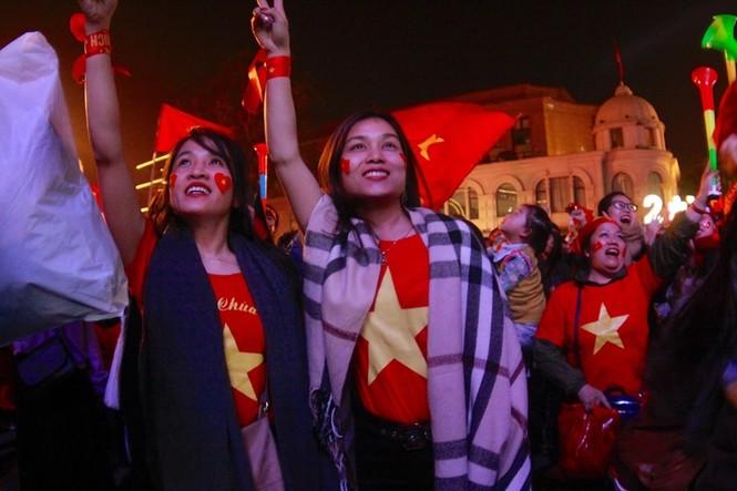 Triệu cổ động viên hò reo ăn mừng U22 Việt Nam vô địch SEA Games 30 - ảnh 3