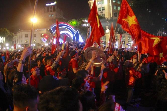 Triệu cổ động viên hò reo ăn mừng U22 Việt Nam vô địch SEA Games 30 - ảnh 5