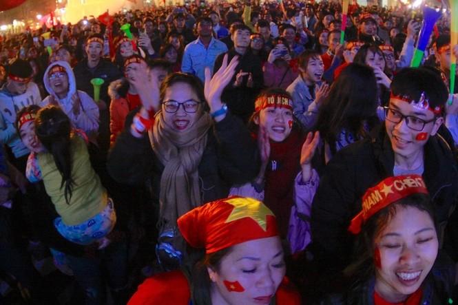 Triệu cổ động viên hò reo ăn mừng U22 Việt Nam vô địch SEA Games 30 - ảnh 7