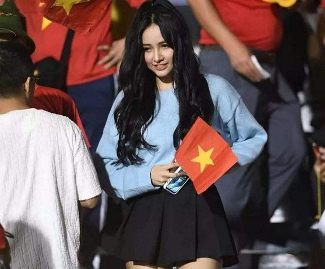 Cô gái xinh như mộng trên khán đài chung kết bóng đá nam SEA Games 30 - ảnh 2