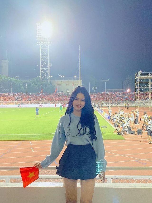 Cô gái xinh như mộng trên khán đài chung kết bóng đá nam SEA Games 30 - ảnh 3