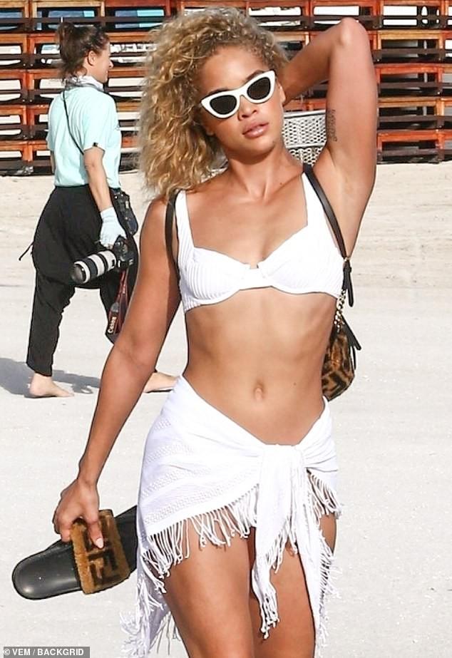 Jasmine Sanders phô diễn đường cong tròn trịa trên biển Miami - ảnh 2