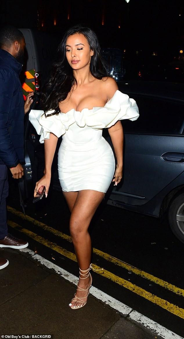 Nữ MC Anh quốc mặc đầm hở ngực táo bạo ra phố - ảnh 1