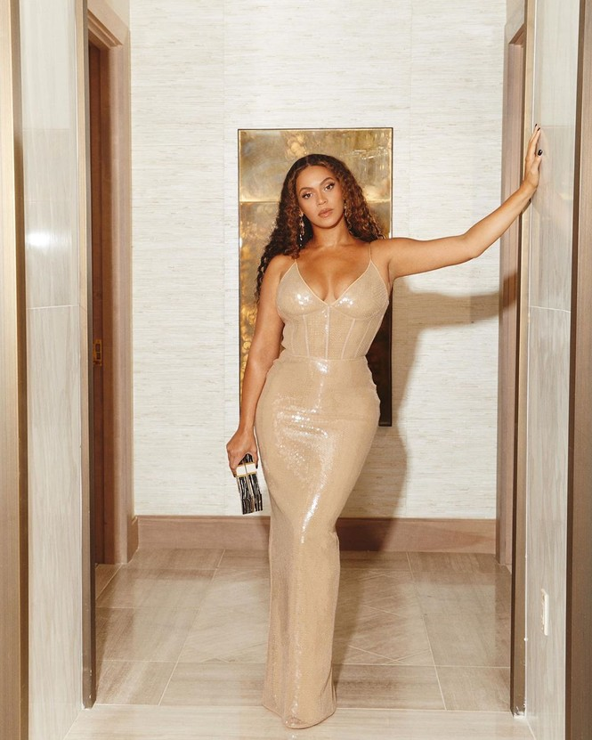 Beyonce diện váy bó xẻ cao tôn đường cong bốc lửa - ảnh 14