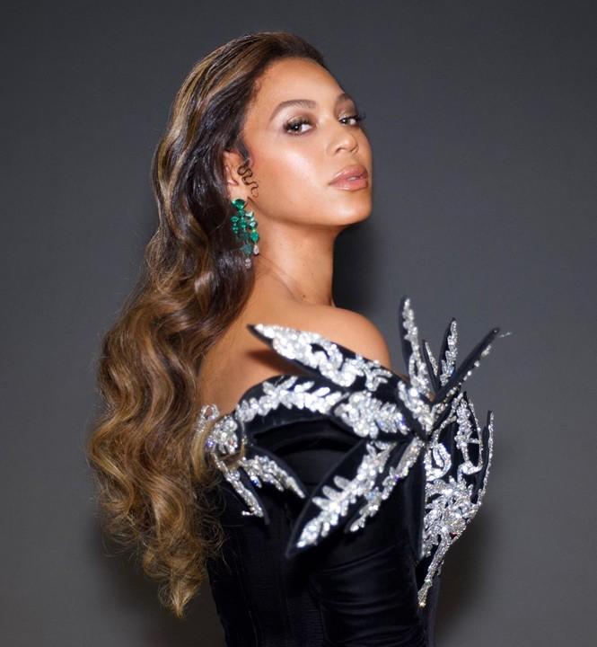 Beyonce diện váy bó xẻ cao tôn đường cong bốc lửa - ảnh 2