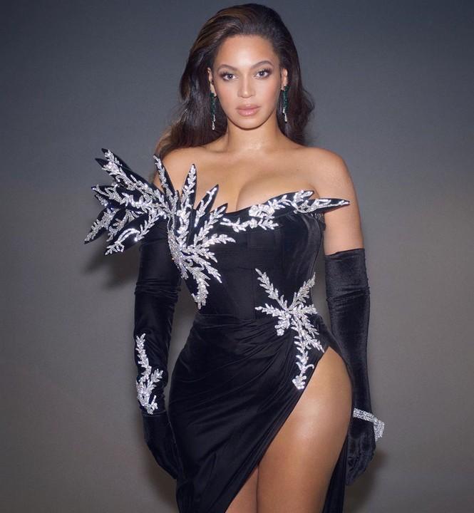 Beyonce diện váy bó xẻ cao tôn đường cong bốc lửa - ảnh 1