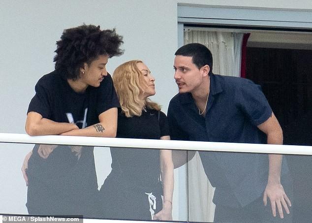 Madonna tình tứ trai trẻ kém 35 tuổi - ảnh 9
