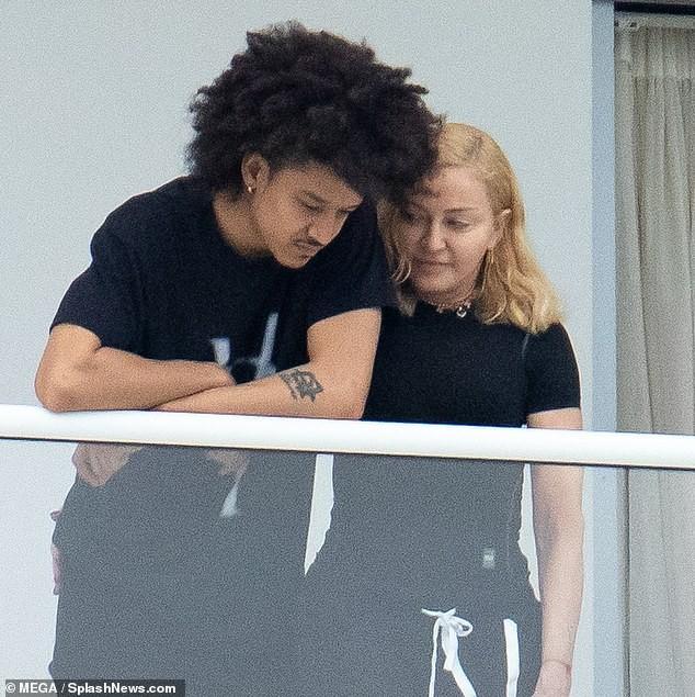 Madonna tình tứ trai trẻ kém 35 tuổi - ảnh 2