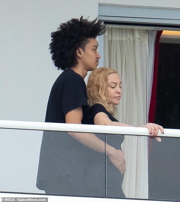 Madonna tình tứ trai trẻ kém 35 tuổi - ảnh 3