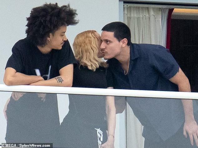 Madonna tình tứ trai trẻ kém 35 tuổi - ảnh 10