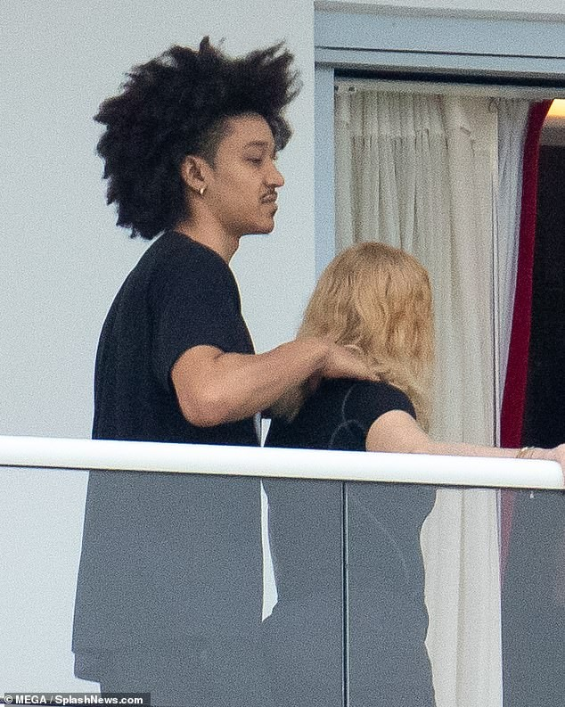 Madonna tình tứ trai trẻ kém 35 tuổi - ảnh 4