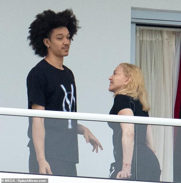 Madonna tình tứ trai trẻ kém 35 tuổi - ảnh 5