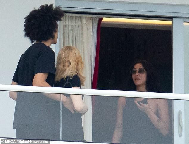 Madonna tình tứ trai trẻ kém 35 tuổi - ảnh 11