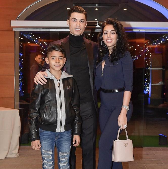 Bạn gái Ronaldo mặc bó sát hóa thân thành 'nữ hoàng băng giá' - ảnh 5