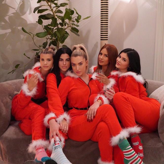 Chị em Kim Kardashian, tưng bừng không khí Noel - ảnh 6