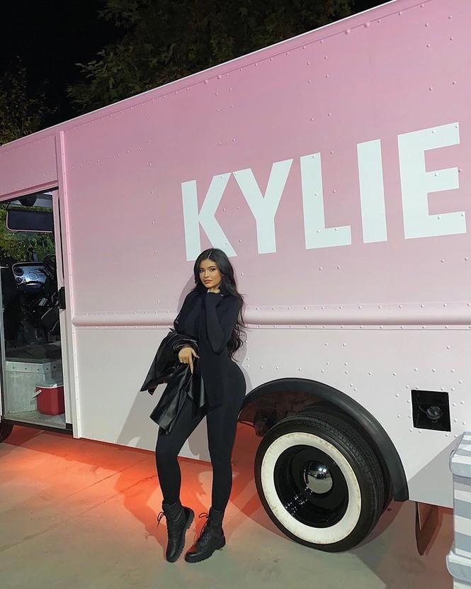 Kylie Jenner diện váy 'hàng thửa' xẻ cao tôn ngực đầy đi chơi Noel - ảnh 8