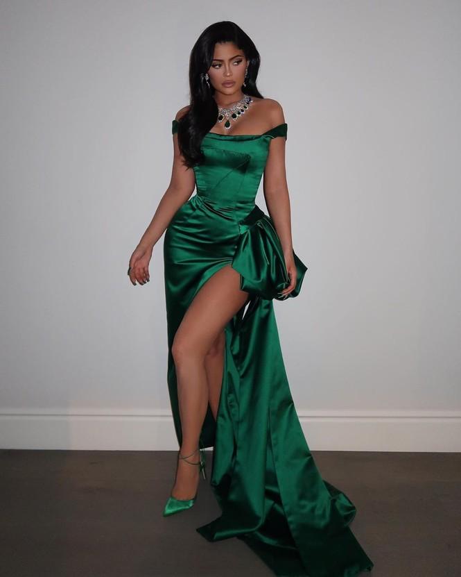 Kylie Jenner diện váy 'hàng thửa' xẻ cao tôn ngực đầy đi chơi Noel - ảnh 1