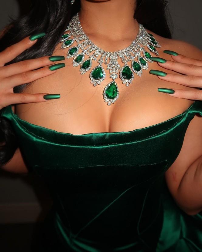 Kylie Jenner diện váy 'hàng thửa' xẻ cao tôn ngực đầy đi chơi Noel - ảnh 2