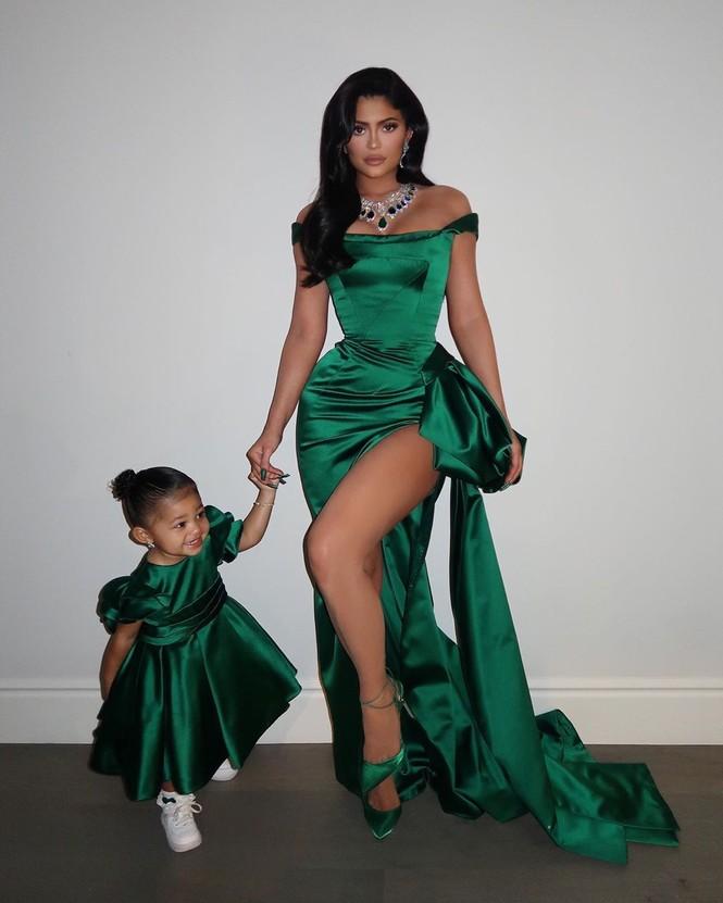 Kylie Jenner diện váy 'hàng thửa' xẻ cao tôn ngực đầy đi chơi Noel - ảnh 3