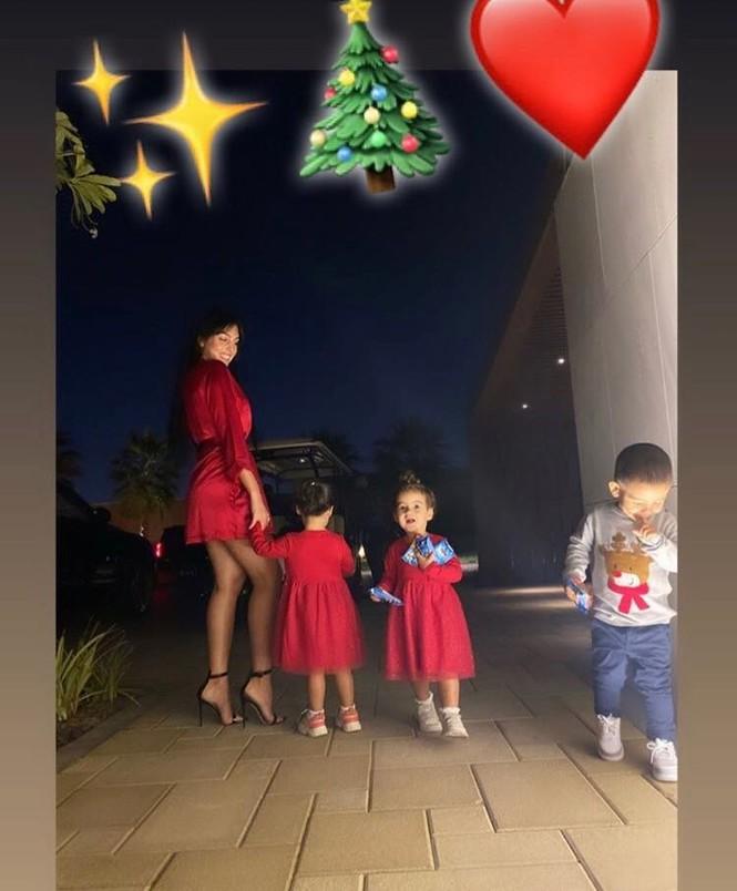 Cristiano Ronaldo đưa bạn gái và 4 con đi tắm biển mừng Giáng sinh - ảnh 4