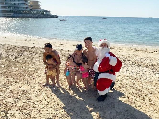 Cristiano Ronaldo đưa bạn gái và 4 con đi tắm biển mừng Giáng sinh - ảnh 1