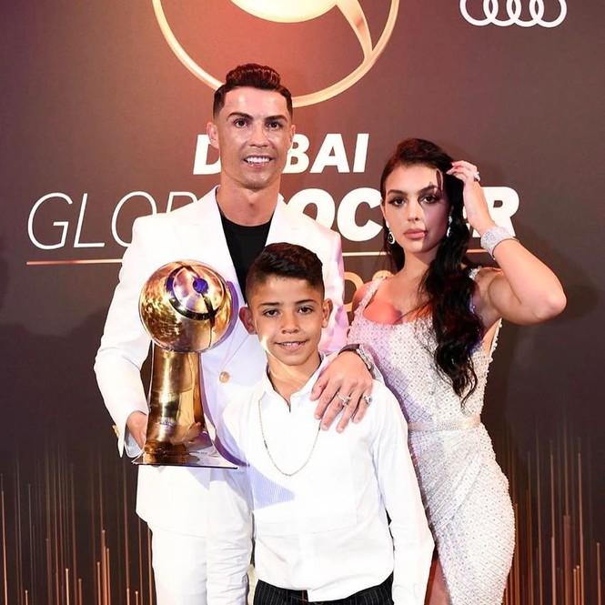 Bạn gái gợi cảm cùng Ronaldo đi nhận giải Cầu thủ hay nhất 2019 - ảnh 1