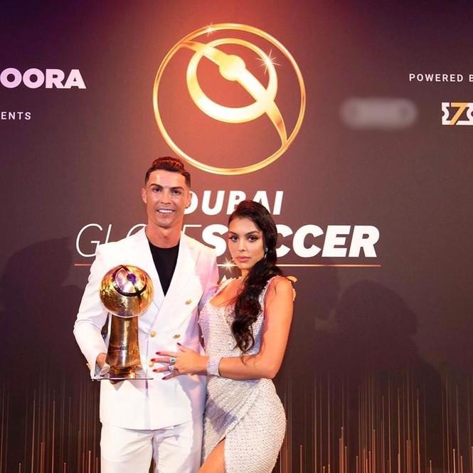 Bạn gái gợi cảm cùng Ronaldo đi nhận giải Cầu thủ hay nhất 2019 - ảnh 2