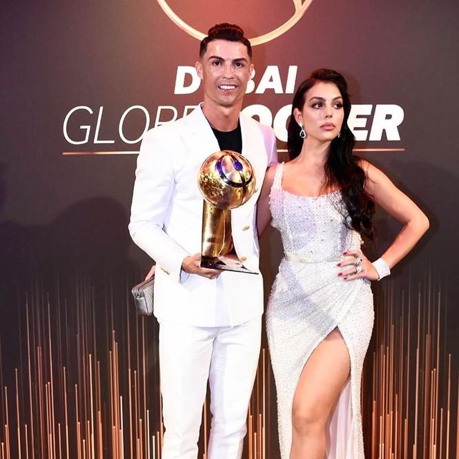 Bạn gái gợi cảm cùng Ronaldo đi nhận giải Cầu thủ hay nhất 2019 - ảnh 3