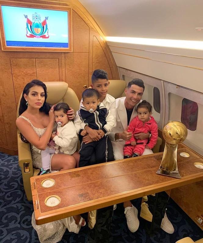 Bạn gái gợi cảm cùng Ronaldo đi nhận giải Cầu thủ hay nhất 2019 - ảnh 7